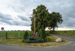 Krzyż przydrożny stojący na rozstaju dróg. Popowo - gmina Wałcz, powiat wałecki.